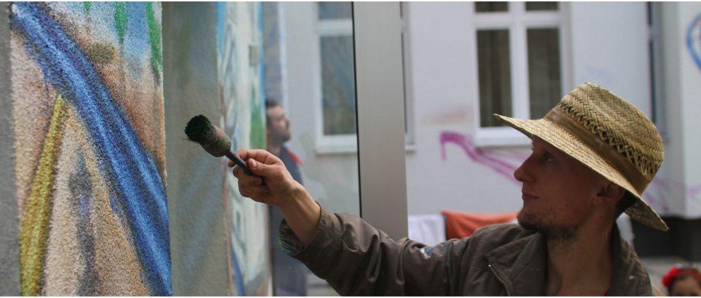 Wolfgang Stadter bei der Wandmalerei